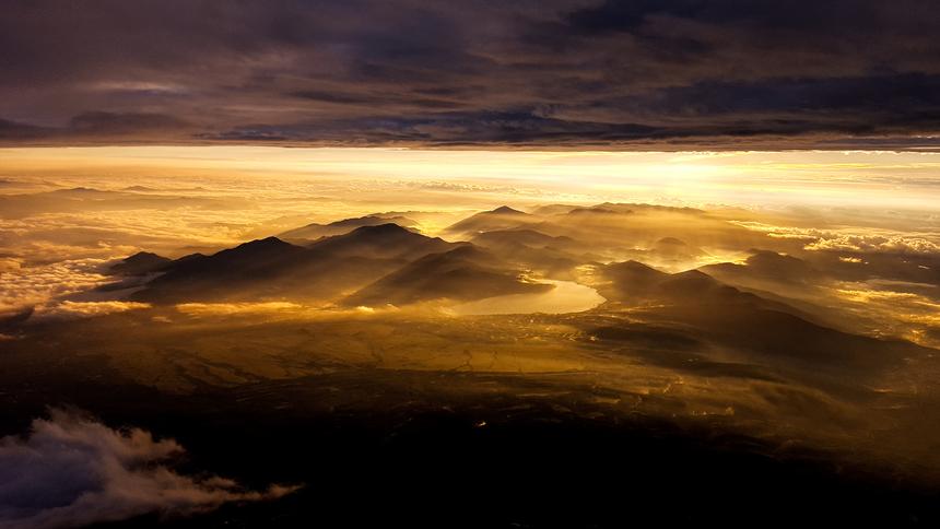 """<p class=""""Normal""""> Thiên nhiên kỳ vĩ trong """"Nhuộm vàng"""" của anh<span>Trần Minh Quyền.</span></p> <p class=""""Normal""""> Đây là bức hình anh chụp vào năm 2016 bằng Samsung Gakaxy S6, dịp lần đầu đặt chân lên đỉnh Phú Sĩ, 10 phút sau khi mặt trời mọc.<span>Tầng mây phía trên là tầng mây mưa, còn sót lại sau trận mưa lớn đêm hôm trước.</span></p> <p class=""""Normal""""> """"Khi leo Phú Sĩ, phần lớn mọi người sẽ mong trời trong để thấy được bình minh trọn vẹn, nhưng với trường hợp này, Quyền thấy may mắn khi chứng kiến được cảnh vật bên dưới được nhuộm màu nắng sớm"""", nhiếp ảnh gia giãi bày.</p>"""