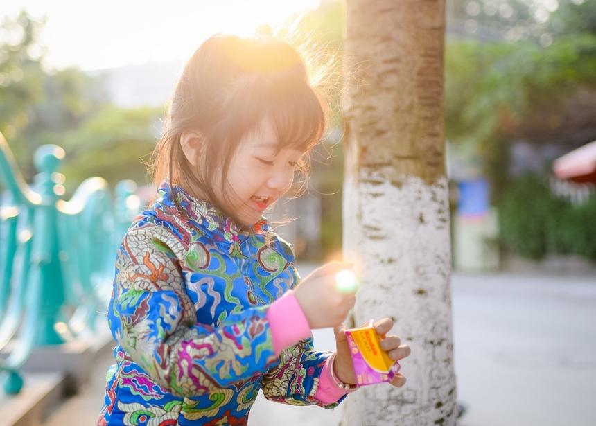 """<p class=""""Normal""""> """"Gom nắng"""" của chị<span>Quách Mai Phương ghi lại khoảnh khắc</span><span>đốm sáng lóe trên bàn tay em gái nhỏ, như thể em đang """"nắm"""" được cái nắng để cất vào hộp film.</span></p>"""