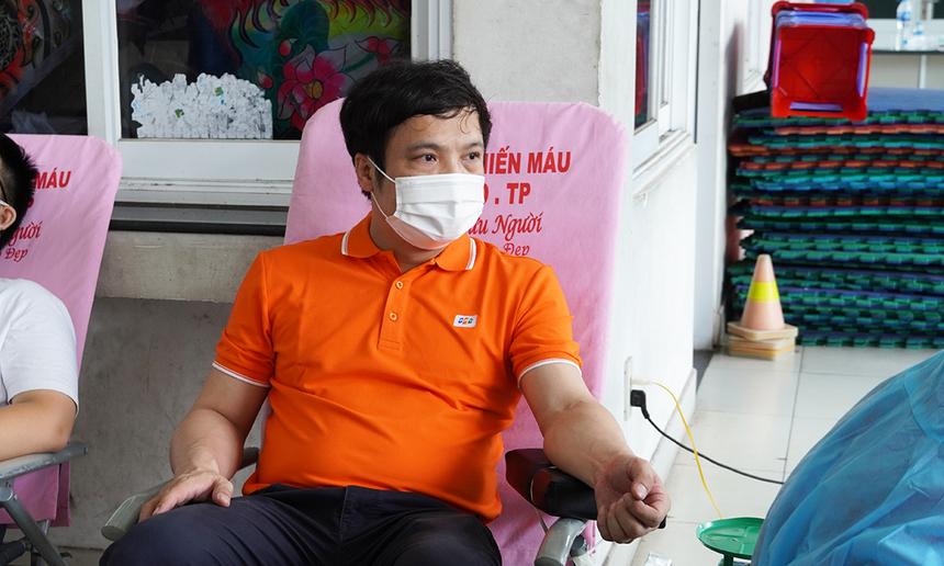 """<p> Sáng ngày 21/9, Tổng giám đốc FPT đã tham gia hiến máu với 1,5 đơn vị (tương đương 350ml).<span style=""""color:rgb(0,0,0);"""">Theo anh Nguyễn Văn Khoa, đây là lần thứ 5 anh hiến máu và lần đầu tại TP HCM bởi sự cần kíp khi tình trạng thiếu máu mùa dịch ở mức báo động.</span></p> <p class=""""Normal""""> """"Việc đi lại rất thuận lợi, nếu gặp chốt chỉ cần đưa QR Code khi đăng ký hoặc nói người FPT đi hiến là lực lượng chức năng tạo điều kiện cho đi ngay. Tập đoàn rất mong nhận được sự ủng hộ của CBNV trong lúc khó khăn này, đúng theo giá trị tinh thần và văn hóa của FPT"""", anh Khoa bày tỏ.</p>"""