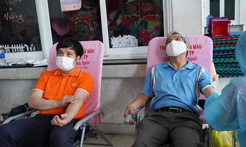 """<p> Cũng trong buổi sáng thứ 2 của chương trình do Công đoàn nhà F tổ chức, GĐ FPT HCM Nguyễn Tuấn Hùng (phải) đã cho đi những """"giọt vàng"""" quý giá.</p>"""