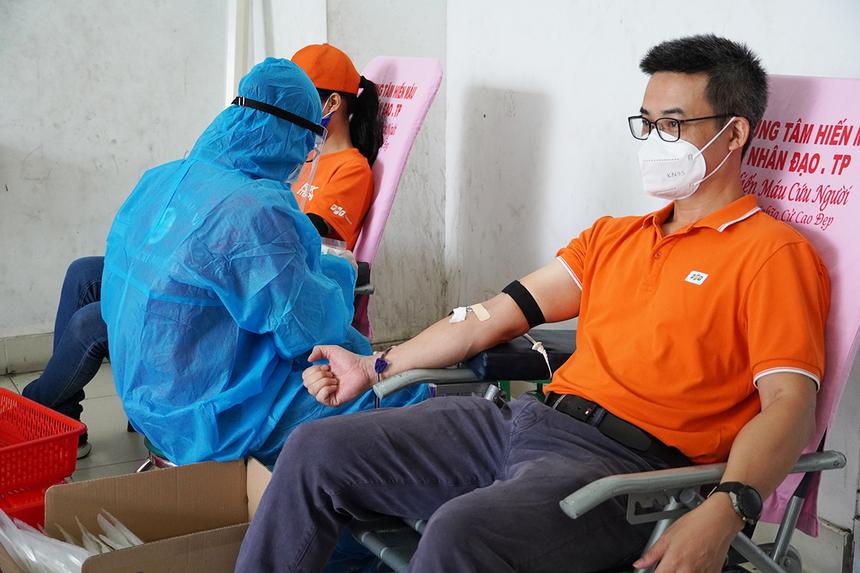 """<p> Theo PTGĐ FPT Telecom Chu Hùng Thắng, dịch Covid-19 khiến nhiều người có tâm lý lo sợ khi đi hiến mau. Tuy nhiên với quy trình hiến máu, tiếp nhận máu đều được tổ chức đảm bảo quy định phòng, chống dịch, tuân thủ nghiêm ngặt các quy định """"5K"""", nên anh cảm thấy an tâm. """"Việc hiến máu vào thời điểm này là hết sức cần thiết để bổ sung vào nguồn máu dự trữ cứu chữa cho bệnh nhân"""", anh Thắng chia sẻ.</p>"""