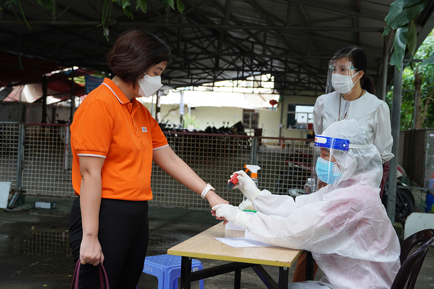 """<p> Giám đốc Điều hành (COO) FPT Retail Nguyễn Đỗ Quyên được """"cộp dấu"""" xác nhận test nhanh âm tính Covid-19 trước khi thực hiện quy trình khám sức khoẻ và hiến máu.</p>"""