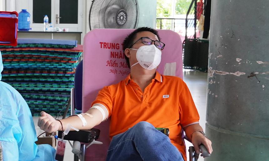 """<p> Giám đốc Truyền thông - Marketing FPT Võ Đặng Phát lần đầu tham gia hiến máu.<span style=""""color:rgb(0,0,0);"""">""""Trước đây, do bận rộn công việc nên tôi cũng ít quan tâm việc hiến máu. Nhưng mùa dịch, qua phương tiện truyền thông, tôi hiểu tính cấp thiết của nguồn máu dành cho điều trị. Khi Công đoàn FPT phát động, tôi cũng mong muốn đóng góp cho cộng đồng, hy vọng lượng máu của mình góp phần cứu một ai đó"""".</span></p>"""