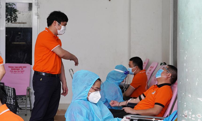 """<p class=""""Normal""""> Ảnh TGĐ FPT thăm hỏi và động viên đồng nghiệp tham gia hiến máu.</p> <p class=""""Normal""""> <span style=""""color:rgb(34,34,34);"""">Theo chị Vũ Thị Vân Hải, đại diện Ban tổ chức, thông điệp của chương trình là """"Gác lại âu lo"""" vì hiến máu ngoài ý nghĩa về mặt tinh thần, cứu người còn có thể là một hoạt động định kỳ kiểm tra sức khỏe, giúp tái tạo lượng máu mới, tăng sức đề kháng cho cơ thể…</span></p> <p class=""""Normal""""> <span>Ban tổ chức cho hay, hiện vẫn tiếp tục nhận đăng ký cho """"Tuần lễ giọt vàng"""" (từ nay đến ngày 26/9). Người F muốn hiến máu đăng ký theo đường link https://giotmauvang.org.vn/fpt. Ban tổ chức sẽ thông báo việc di chuyển đến người tham gia.</span></p> <p class=""""Normal""""> Công đoàn FPT lưu ý: CBNV và người thân mới tiêm vaccine trong vòng 7 ngày thì không tham gia chương trình này.</p>"""