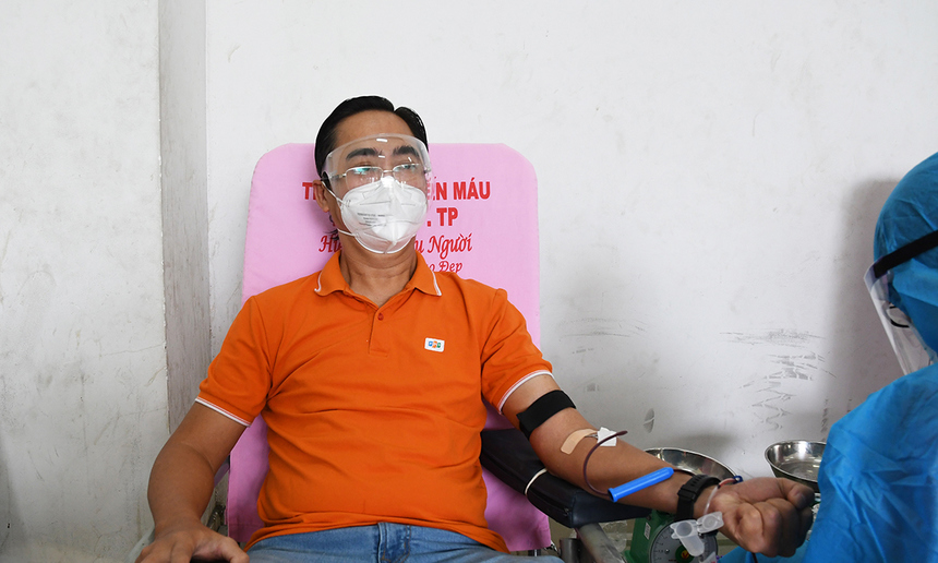 """<p> """"Tuần lễ giọt vàng"""" diễn ra trong bối cảnh lượng máu điều trị bị thiếu hụt trầm trọng do ảnh hưởng lớn trước diễn biến phức tạp của dịch. Tuy nhiên, nhiều người F cho biết không lo lắng khi tham gia hiến máu dịp này. Ngược lại, ai cũng thấy hạnh phúc khi chung tay cùng cộng đồng trong hoàn cảnh đặc biệt.<br /><br /> Ảnh Giám đốc Phát triển Kinh doanh FPT IS Phan Thanh Sơn tham gia hiến máu.</p>"""
