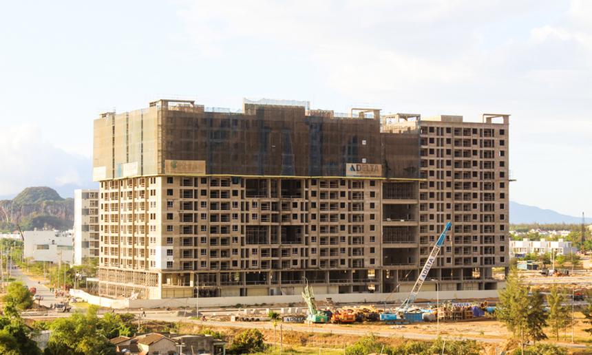 """<p> <span style=""""text-align:justify;"""">Toà nhà có quy mô xây dựng gồm 1 tầng hầm và 15 tầng nổi, với khoảng 586 căn hộ. Trong đó,</span><span style=""""text-align:justify;"""">đã có 372 căn trong tổng số 400 căn hộ ưu đãi cho người Phần mềm tại FPT Plaza</span><span style=""""text-align:justify;"""">(tính đến đầu năm 2021)</span><span style=""""text-align:justify;"""">tìm được chủ sở hữu. Các căn hộ dự kiến sẽ được bàn giao ngay trong năm nay.</span></p>"""