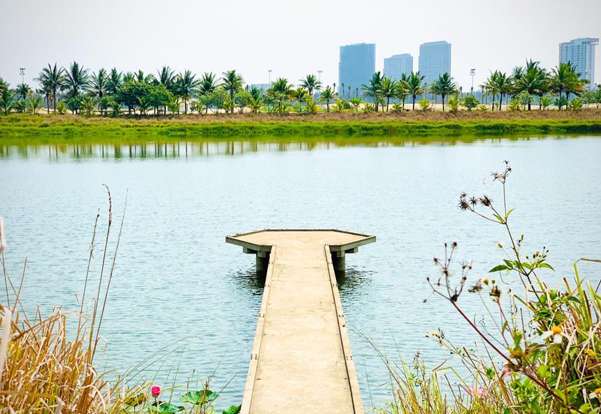 """<p class=""""Normal""""> Khu đô thị có hơn 100 hecta cho không gian xanh và các tiện ích dịch vụ công cộng bên cạnh hệ thống sông, hồ có sẵn. Nơi đây cònđược xây dựng theo tiêu chuẩn quốc tế về phát triển đô thị bền vững, thân thiện môi trường.</p>"""