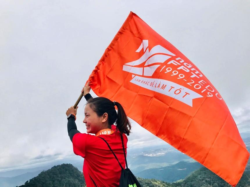 """<p class=""""Normal""""> Chị Mai Thị Mừng rạng rỡ trên đỉnh Lang Biang trong sự kiện """"Ngàn người lên đỉnh"""" kỷ niệm 20 năm sinh nhật FPT Education diễn ra tại Đà Lạt vào tháng 10/2019.</p> <p class=""""Normal""""> """"Tôi thấy mình thật may mắn vì quen được anh em runners nhà F: đến đâu chỉ cần ping 1 tiếng là có đồng run chạy cùng. Và mục tiêu của tôi vẫn là: đi đến đâu sẽ xách giày chạy bộ ở đó"""", cô gái thể hiện tinh thần thể thao mạnh mẽ.</p>"""