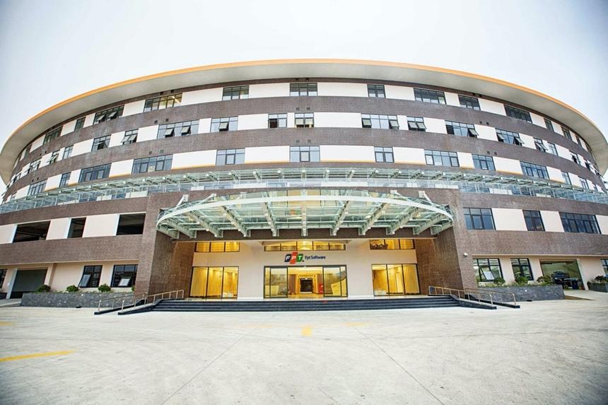 <p> Khu đô thị còn nổi bật với toà văn phòng phức hợp F-Complex hiện đại, có diện tích xây dựng lên tới 5,9 hecta - mô phỏng theo hình trống đồng Đây là trụ sở của FPT Software Đà Nẵng với khoảng 10.000 chỗ làm việc, là trung tâm phần mềm, công nghệ thông tin trọng điểm của khu vực miền Trung.</p>