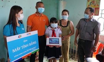 Niềm vui của học trò nghèo được FPT tặng máy tính bảng